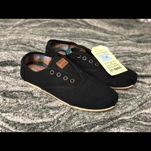 Brand new black Toms lace up size 8 women's shoe